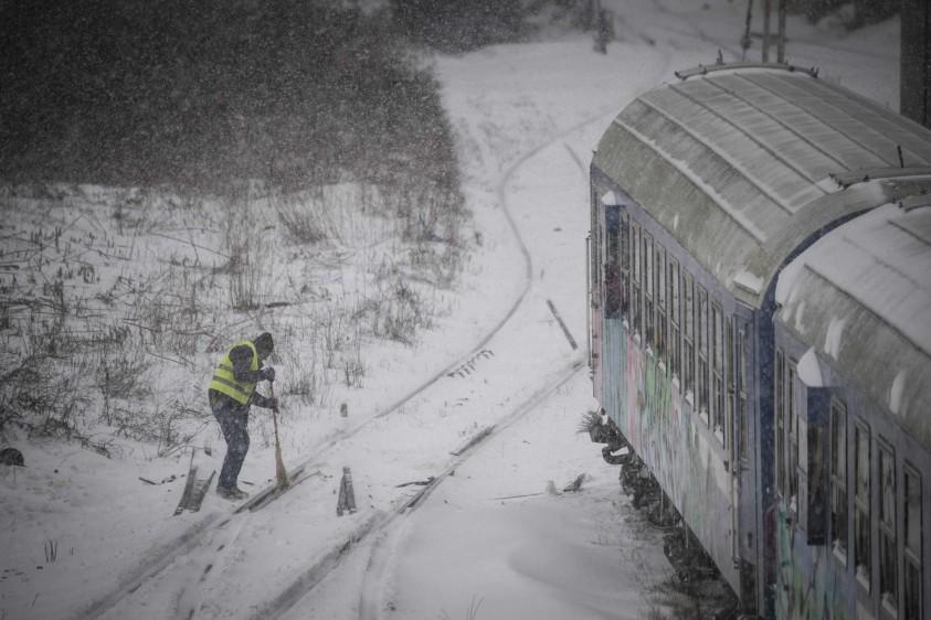 Además, se cancelaron más de cien conexiones de tren y 15 vuelos, según la Policía rumana. FOTO AFP. País: Rumania.