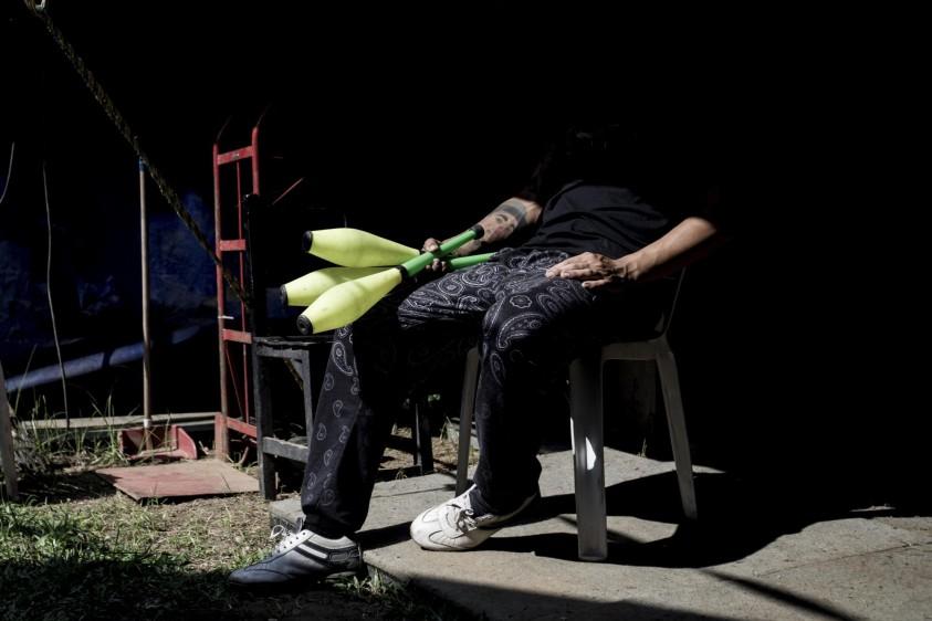 Cristian es conocido como Popiño y su show es de malabares. FOTO: SANTIAGO MESA.