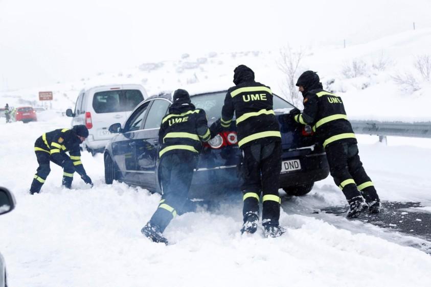 La Dirección General de Tráfico (DGT) alertó hoy de avisos de nevadas en 17 provincias españolas y pidió que se eviten las carreteras afectadas. FOTO EFE