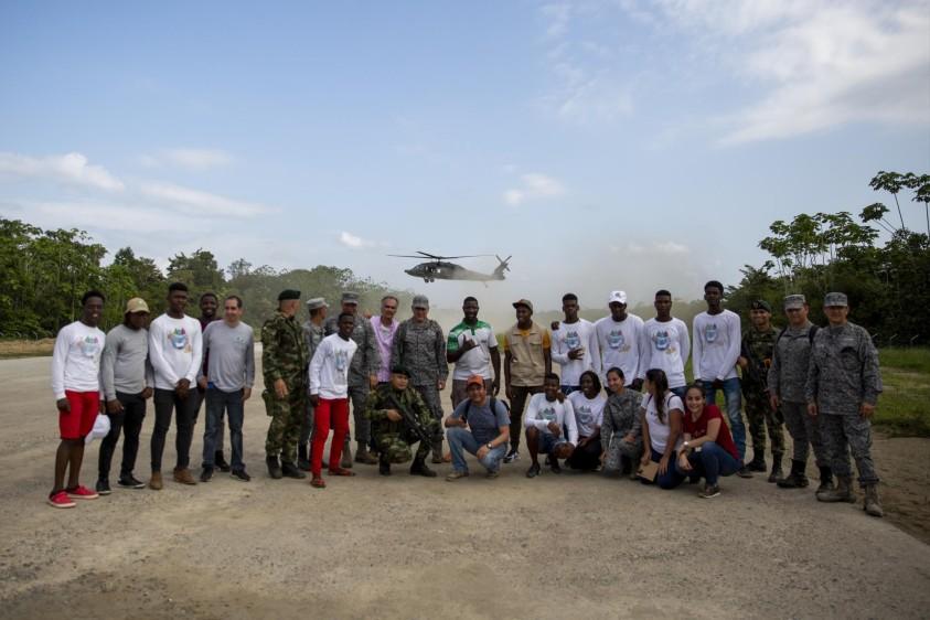 16 personas de la Fuerza Aérea y la Fundación Salva Terra apoyaron la jornada, además de 10 líderes de la comunidades beneficiadas. Foto: Esteban Vanegas