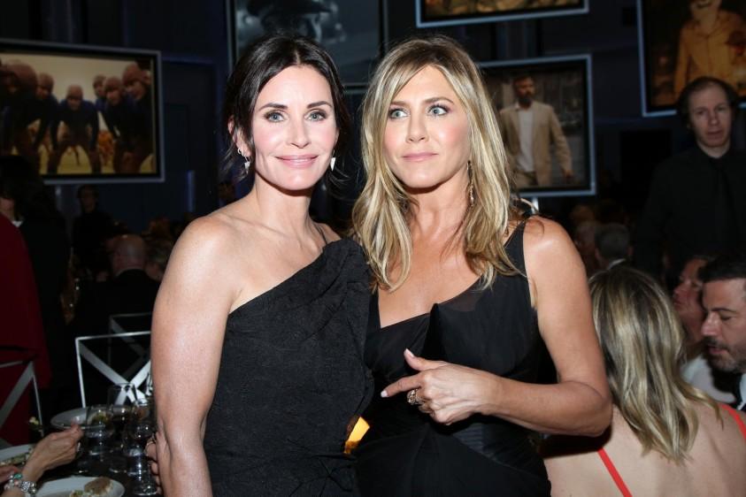 Courteney Cox y Jennifer Aniston. Foto cortesía de E! Entertainment Latin America tomada por Randall Michelson