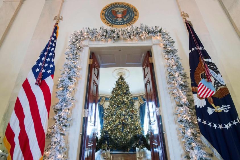 """""""¡La decoración está lista! ¡La Casa Blanca está preparada para celebrar! Deseándoles una feliz Navidad y una alegre temporada de vacaciones"""", agregó Melania en Twitter. FOTO AFP"""