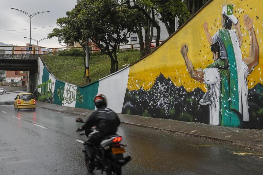 Barristas de Independiente Medellín y Atlético Nacional intervinieron el deprimido de San Juan con la 80, en el barrio La América, y enviaron a la ciudad un mensaje de respeto y convivencia a menos de ocho días de otro clásico paisa. FOTO ROBINSON SÁENZ