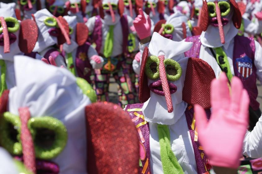 La vestimenta de las marimondas es una combinación de mono y elefante de coloridos traje y corbata, que con sus morisquetas y ademanes representan la alegría de la vida presente en el Carnaval de Barranquilla. FOTO EFE