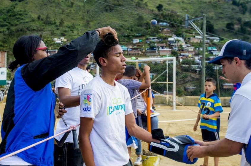 Los otros jóvenes competidores sirven de jueces, asistentes, animadores y organizadores de las peleas. FOTO: JUAN ANTONIO SÁNCHEZ O.