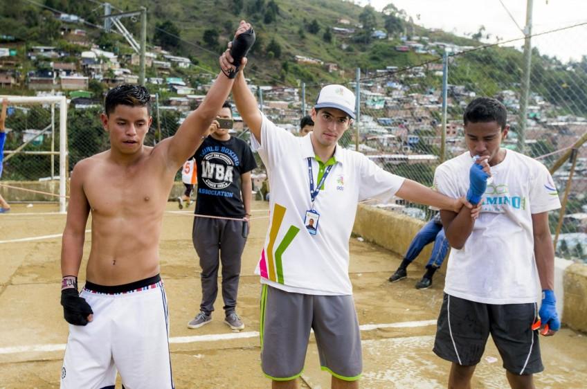 El entrenador y árbitro de las peleas, Juan José Cañas, da ganador de la pelea a Deyson Tuberquia. FOTO: JUAN ANTONIO SÁNCHEZ O.