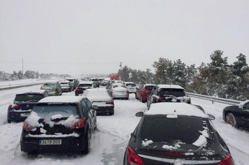 Cientos de vehículos y miles de personas, incluidos niños, han quedado atrapadas a causa de una gran nevada en Ávila, Segovia y Madrid, en el centro del país. FOTO EFE