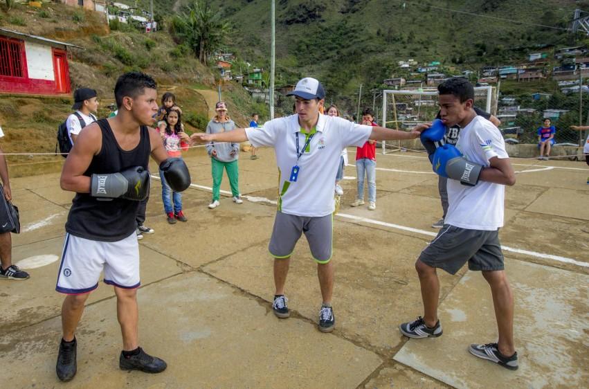 Deyson Tuberquia y Juan Pablo Giraldo se enfrentan en una tarde de boxeo en este barrio de la comuna 3 de Medellín. FOTO: JUAN ANTONIO SÁNCHEZ O.