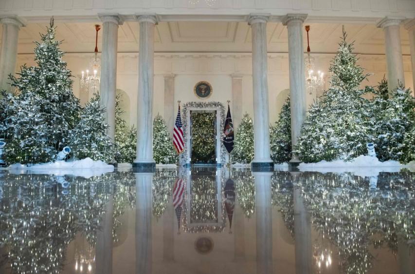 La primera decoración navideña de la familia del presidente Donald Trump en la Casa Blanca se presentó este lunes y lleva el sello personal de la primera dama, Melania Trump, marcado por la tradición y las evocaciones a anteriores Gobiernos. FOTO AFP