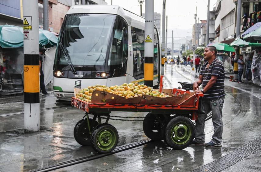 Los comerciantes informales sobre el carril del Tranvía de Ayacucho, carrera 49 sector de Ayacucho. Foto: Róbinson Sáenz