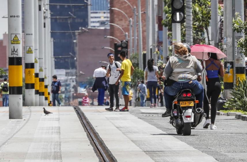 Motos invaden la vía exclusiva del Tranvía de Ayacucho, calle 49 con carrera 32. Foto: Róbinson Sáenz