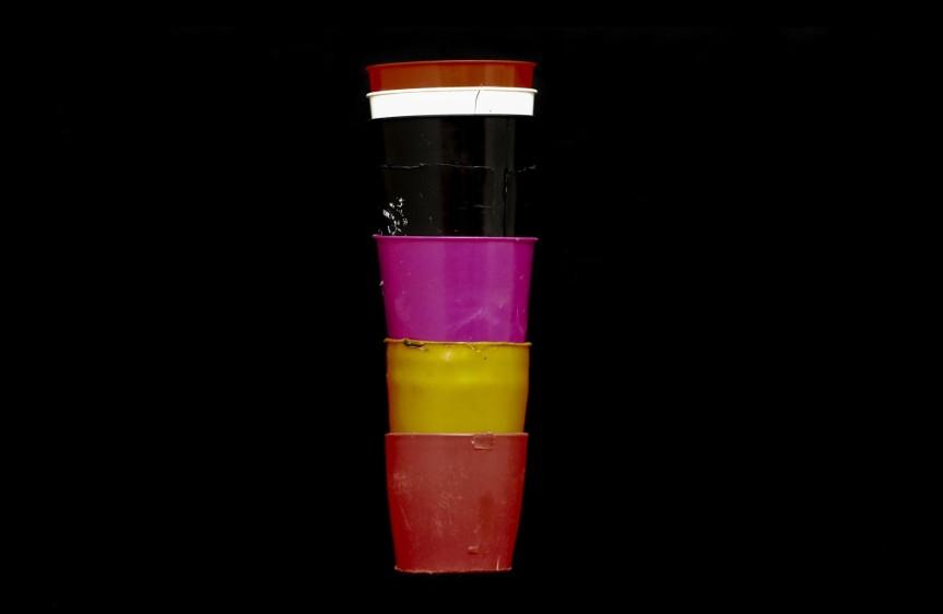 Una prótesis que crecía. Una abuela ideó para su nieta de seis años una torre de seis vasos plásticos que iba aumentando de tamaño a medida que esta crecía. Fue usada durante 10 años. Foto: Manuel Saldarriaga