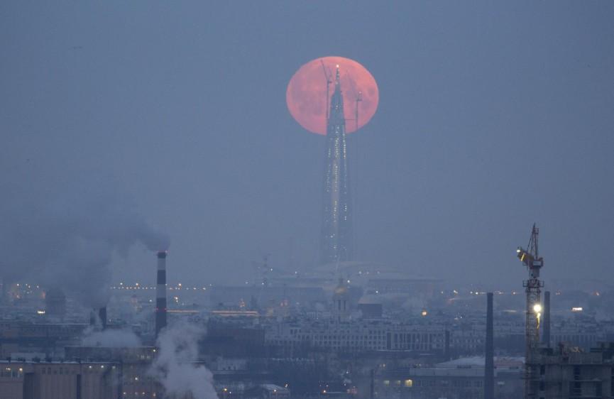El eclipse lunar total, particularmente raro por su tamaño, dio este miércoles un espectáculo visible en gran parte del planeta. FOTO REUTERS
