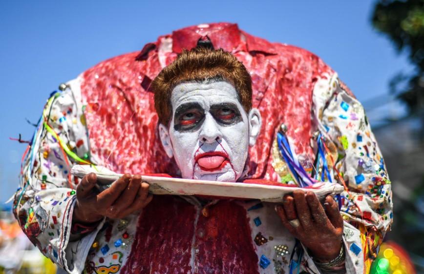 La Batalla de Flores, el evento más antiguo del Carnaval, se realiza desde 1903, cuando Colombia acababa de salir de la Guerra de los Mil Días (1899-1902), la más sangrienta contienda civil del país, y los barranquilleros decidieron que en vez de balas, los enfrentamientos entre la gente tenían que ser con flores. FOTO AFP