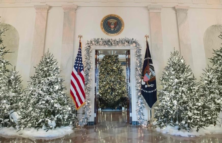 """""""El presidente, (mi hijo) Barron y yo estamos muy ilusionados con nuestras primeras Navidades en la Casa Blanca"""", señaló Melania Trump en un comunicado de la Casa Blanca. FOTO AFP"""