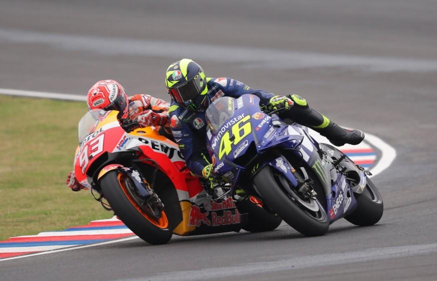 El piloto italiano de MotoGP Valentino Rossi (d), y Marc Márquez (i), del equipo Repsol Honda Team, en la última curva del circuito.