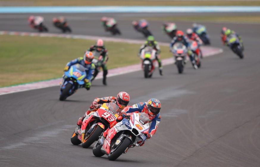 Pilotos en el Gran Premio de Argentina de Motociclismo. Al frente, el australiano Jack Mille rde MotoGP conduce la Ducati del equipo Octo Pramac Racing.