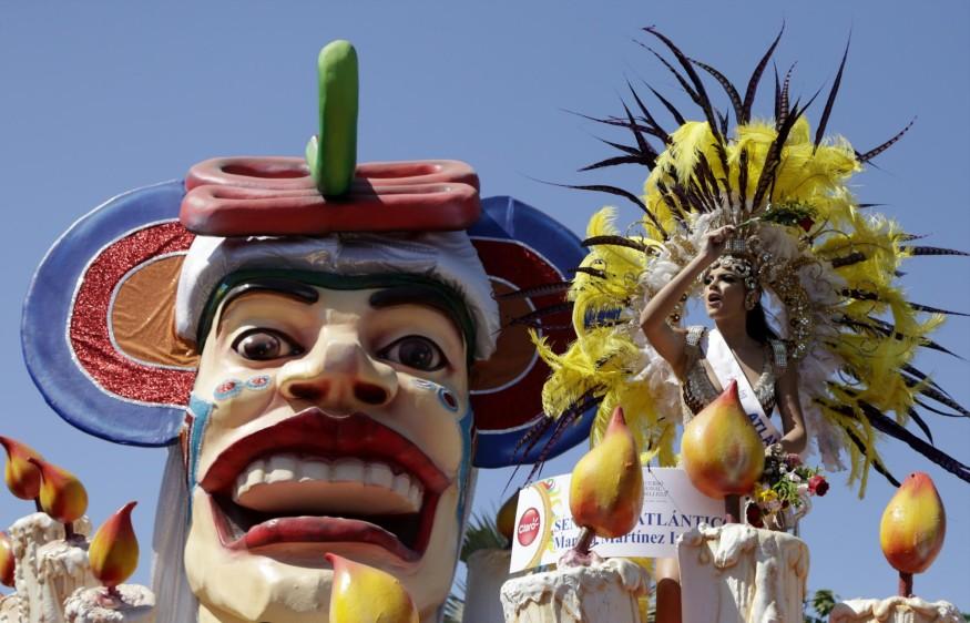 """""""Baqui"""", la mascota de los Juegos, desfiló en una de las carrozas llamada Circus Marimonda, acompañado de los Reyes del Carnaval de los Niños, Shadya Fernández Londoño, y Samuel Martínez Alcázar. FOTO EFE"""