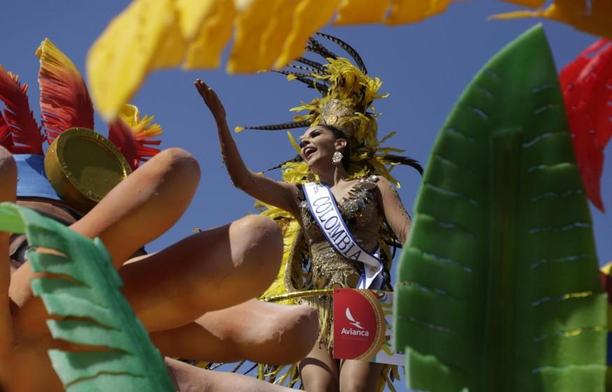Liderados por la Reina del Carnaval, Valeria Abuchaibe, quien desfiló hoy en una de las 18 carrozas que engalanaron la multicolor caravana, unos 12.000 actores distribuidos en 90 grupos folclóricos y 200 disfraces deleitaron a más de 600.000 personas que se apostaron a lo largo de cuatro kilómetros y medio de recorrido. FOTO EFE