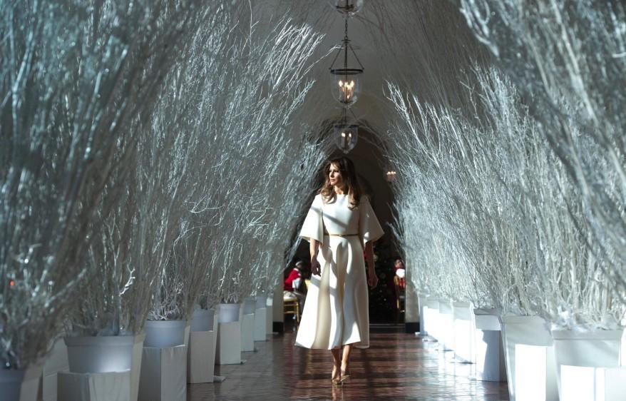 La primera dama recorrió las salas ornamentadas y comprobó que no faltara ningún detalle durante la presentación de la decoración. FOTO AFP