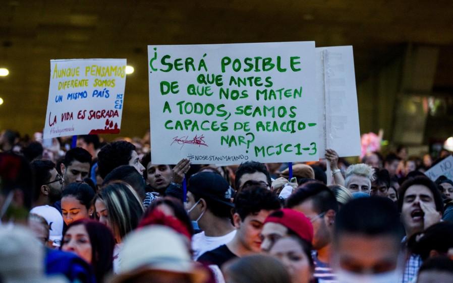 En el Parque de los Deseos se concentró una multitudinaria manifestación en rechazo a los recientes homicidios de líderes sociales en el país. FOTO JULIO CÉSAR HERRERA