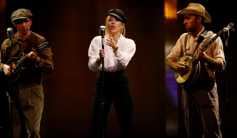 Miley Cyrus cantó en la gala. FOTO Reuters