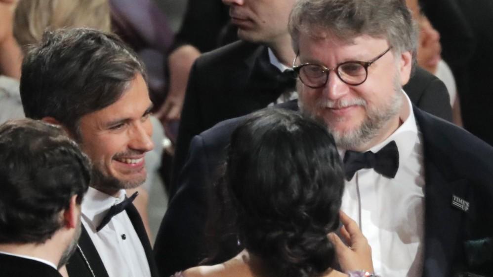 Conversación, seguro, en español. Gael García Bernal, Salma Hayek y Guillermo del Toro. FOTO Reuters