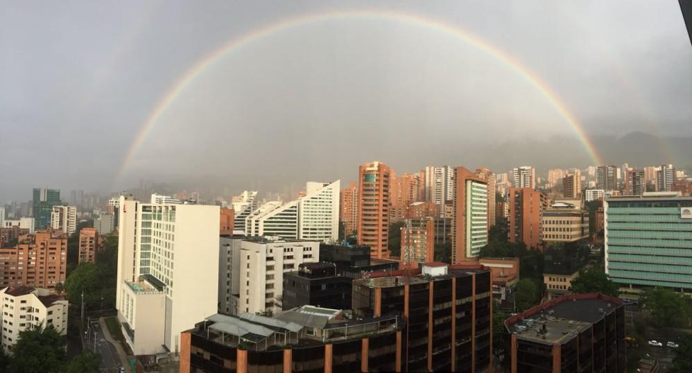 La fría y lluviosa tarde que soportaron los habitantes, y turistas, este martes 2 de enero en Medellín, se vio recompensada por un colorido arcoíris que se pudo disfrutar desde varios puntos del sur del Aburrá. FOTO CORTESÍA BEATRIZ QUICENO