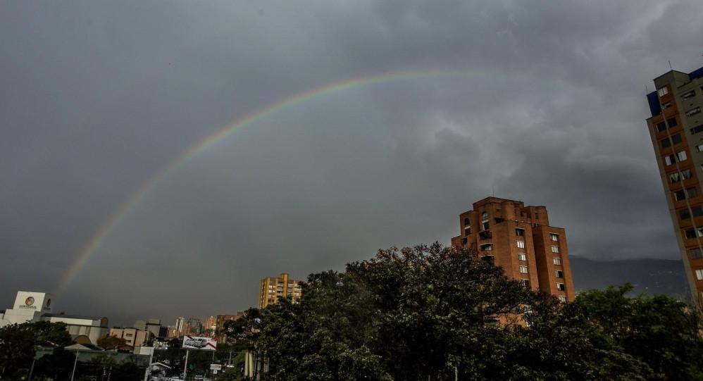 La fría y lluviosa tarde que soportaron los habitantes, y turistas, este martes 2 de enero en Medellín, se vio recompensada por un colorido arcoíris que se pudo disfrutar desde varios puntos del sur del Aburrá. FOTO JULIO CÉSAR HERRERA