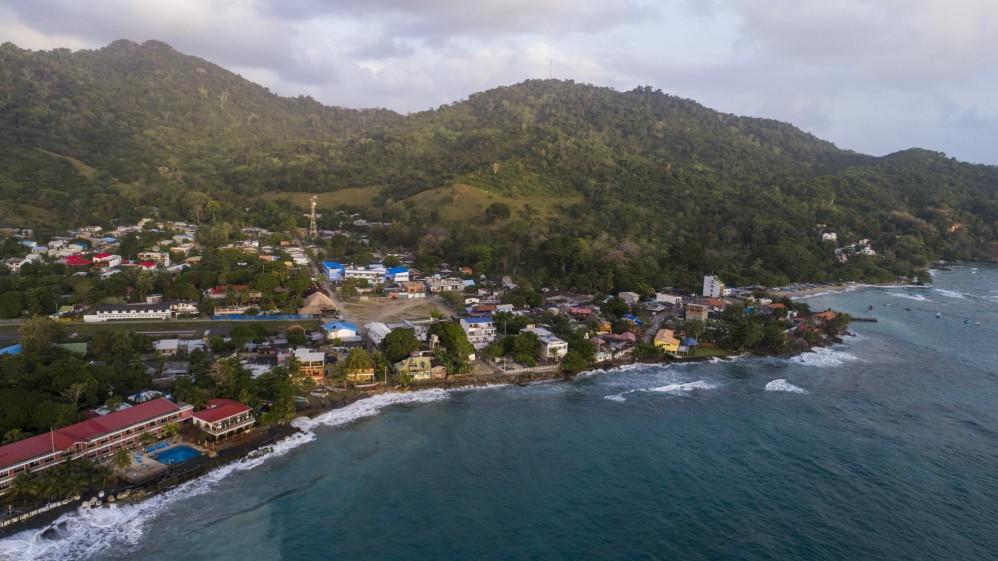 Capurganá es un pueblo que vive del turismo, pero por su cercanía con Panamá y su zona selvática es un punto de paso de los migrantes que caminan desde allí para atravesar el tapón del Darién. Foto: Esteban Vanegas