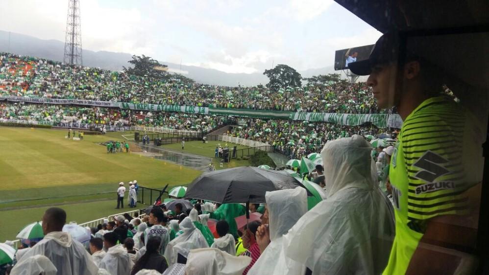 La lluvia no impidió que los hinchas verdes acudieran al Atanasio a despedir al ídolo. FOTO WILSON DIAZ SÁNCHEZ