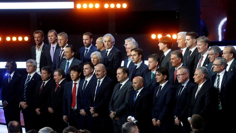 Los equipos de las 32 selecciones clasificadas posan tras conocer la suerte de sus equipos en el Mundial. FOTO EFE