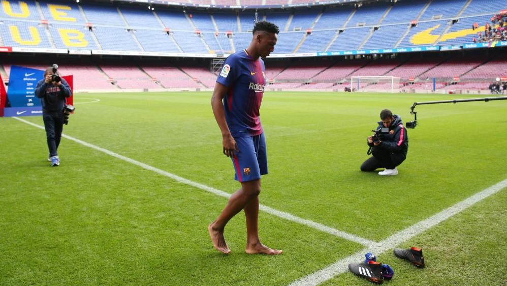 Mina piso el cesped descalzo y hasta se animó a bailar salsa choque en el Camp Nou. FOTO REUTERS