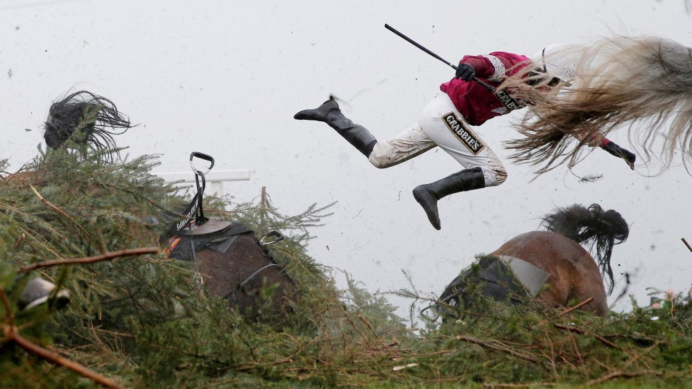Caída de la jinete Nina Carberry durante la carrera nacional del steeplechase en el hipódromo de Aintree. Primer lugar deportes. FOTO Tom Jenkins, The Guardian / Cortesía de World Press Photo Foundation