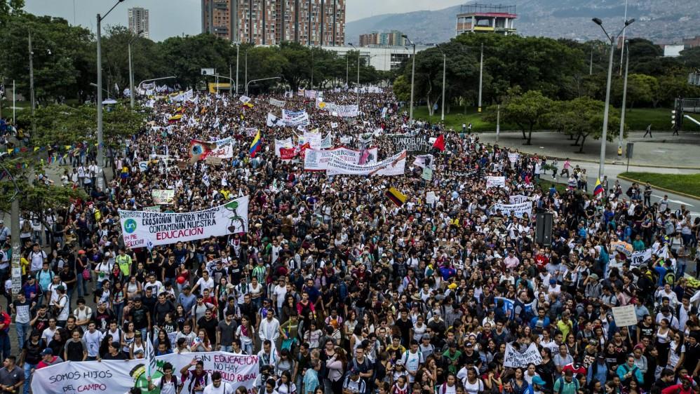 Miles de estudiantes, maestros y población en general se reunieron en las principales plazas de las ciudades. Foto Jaime Pérez