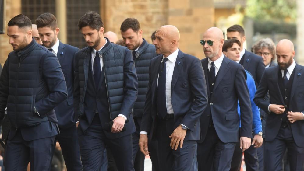 El director del Inter de Milán, Luciano Spalletti, llega con los jugadores al funeral del capitán de la Fiorentina FOTO AFP