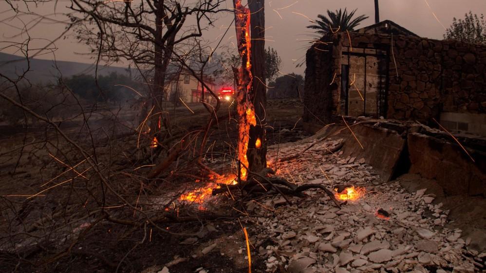 En estos momentos, uno de los incendios más violentos se encuentra en la localidad de Santa Rosa, en el condado de Sonoma, con una gran franja del norte de la ciudad bajo orden de evacuación y las escuelas cerradas. FOTO AFP