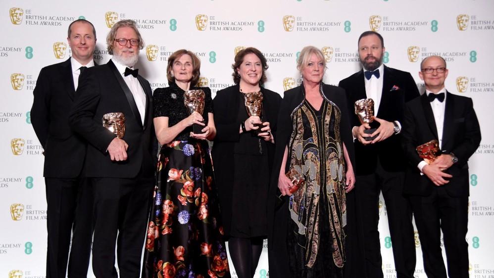 Director y productores de La favorita recibieron el galardón a Mejor película británica. FOTO AFP