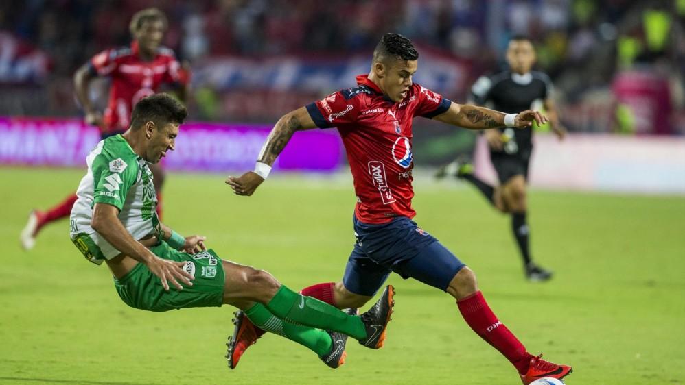 Los jugadores del Medellín reclamaron esta acción de Diego Braghieri sobre Leonardo Castro. FOTOS JAIME PÉREZ Y ROBINSON SÁENZ