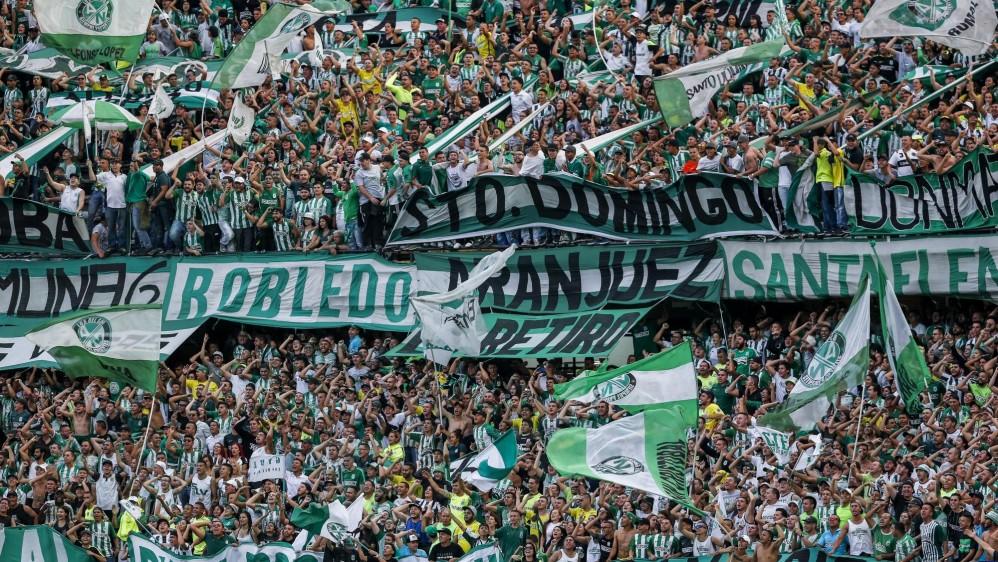 Los hinchas verdes llegaron desde muy temprano a exhibir sus trapos y alentar al cuadro que orienta Jorge Almirón. FOTOS JAIME PÉREZ Y ROBINSON SÁENZ