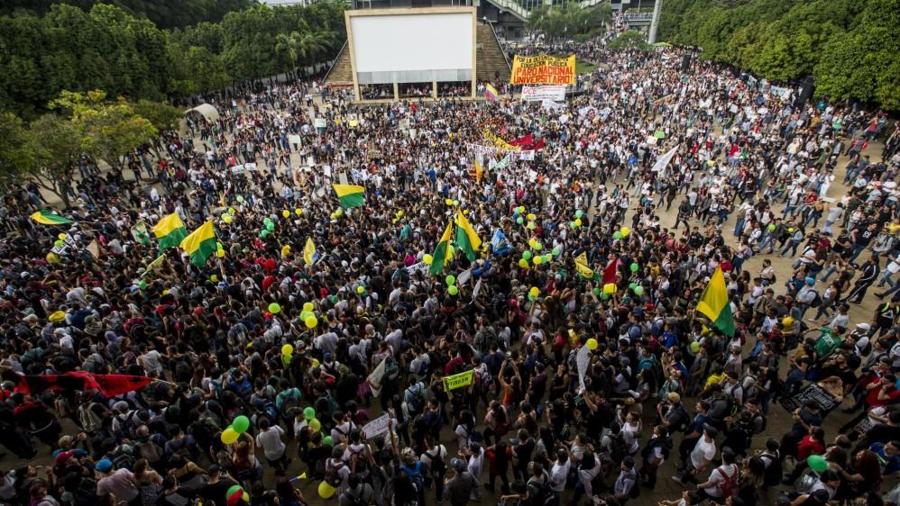 Cientos de estudiantes se dieron cita en el parque de Los Deseos de Medellín donde iniciaron la marcha. Foto Jaime Pérez