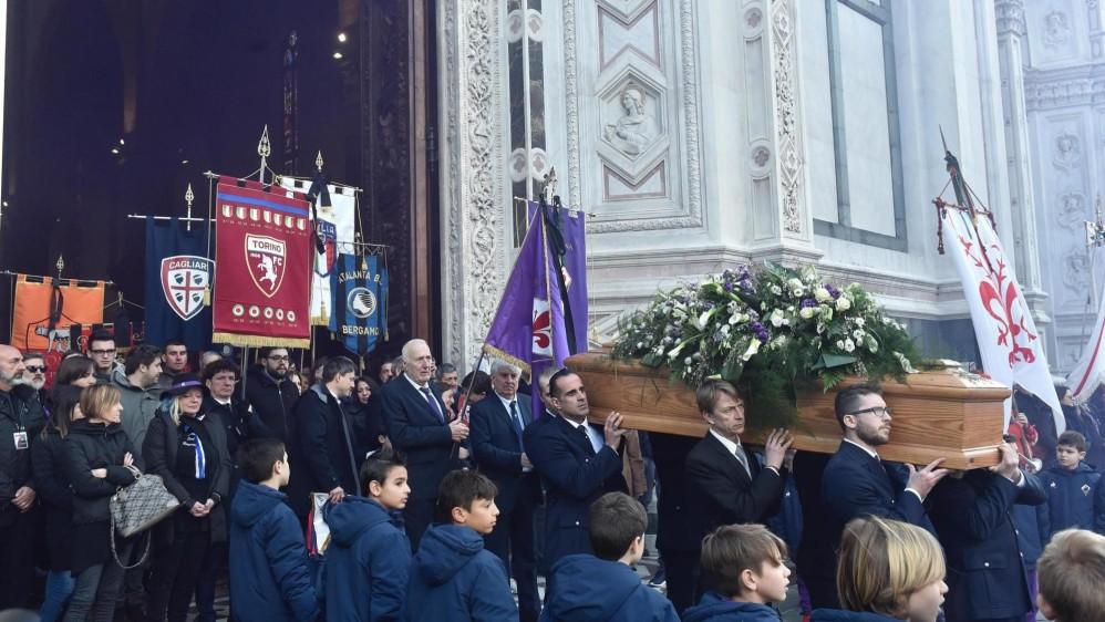 Miles de personas se apostaron a las afueras de la iglesia Santa Cruz para despedir el ídolo de la Fiorentina y la Selección Italiana. FOTO EFE