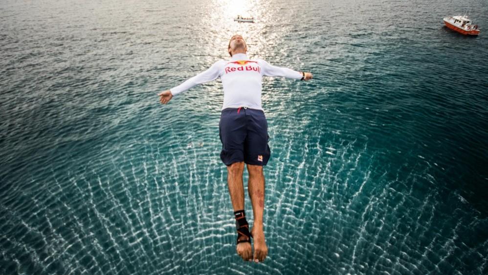 Tras varios años por fuera del país, el clavadista caleño llegó a la isla de San Andrés para saltar desde un helicóptero de la Armada Nacional en medio de arrecifes coralinos. Foto: Maximiliano Blanco