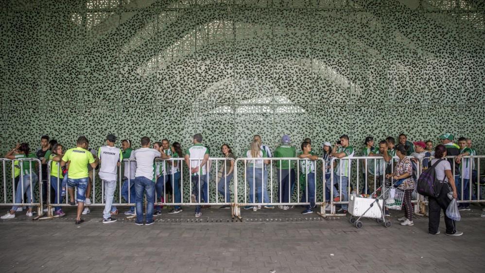 La hinchada de Atlético Nacional comienza a llegar a las inmediaciones del Atanasio Girardot donde tendrá lugar el duelo definitivo ante Tolima. FOTO SANTIAGO MESA