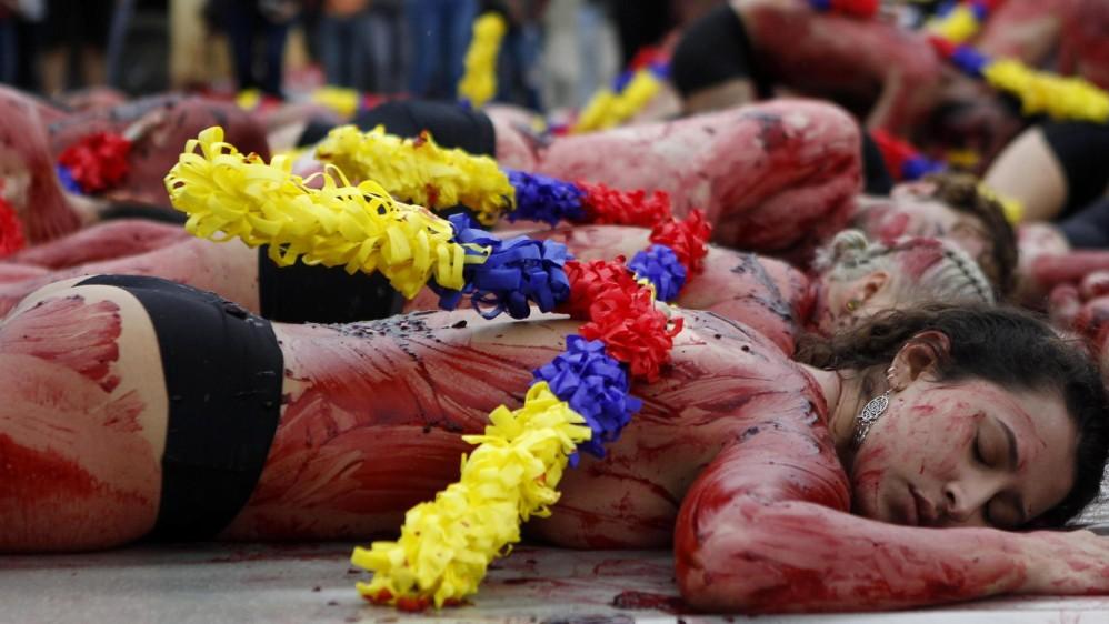 """Aactivistas con sus cuerpos semidesnudos, """"ensangrentados"""" y con banderillas realizaron un acto en Medellín para rechazar las corridas de toros y pedir una ley que prohíba estos """"espectáculos de muerte"""" en Colombia. FOTO EFE"""