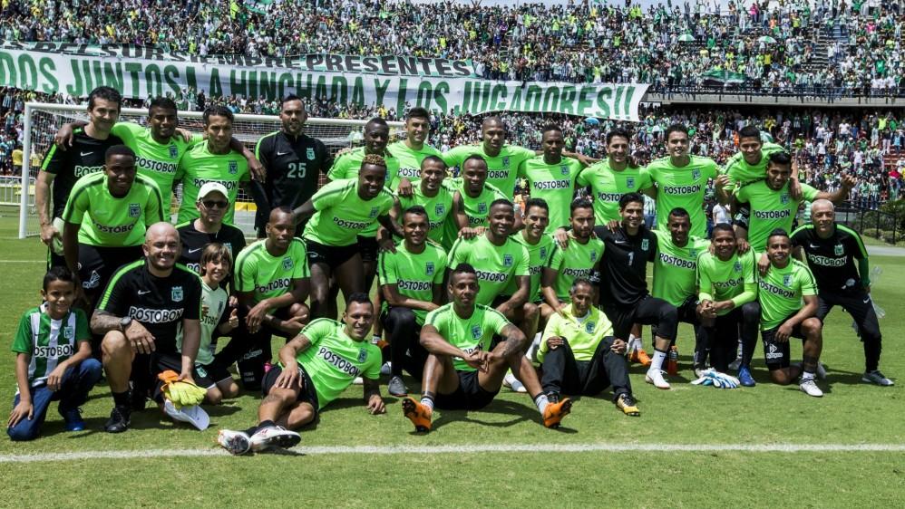 Como es tradición antes de la final, jugadores y aficionados de Nacional armaron la fiesta en el último entrenamiento del equipo. Foto: JAIME PÉREZ MUNEVAR