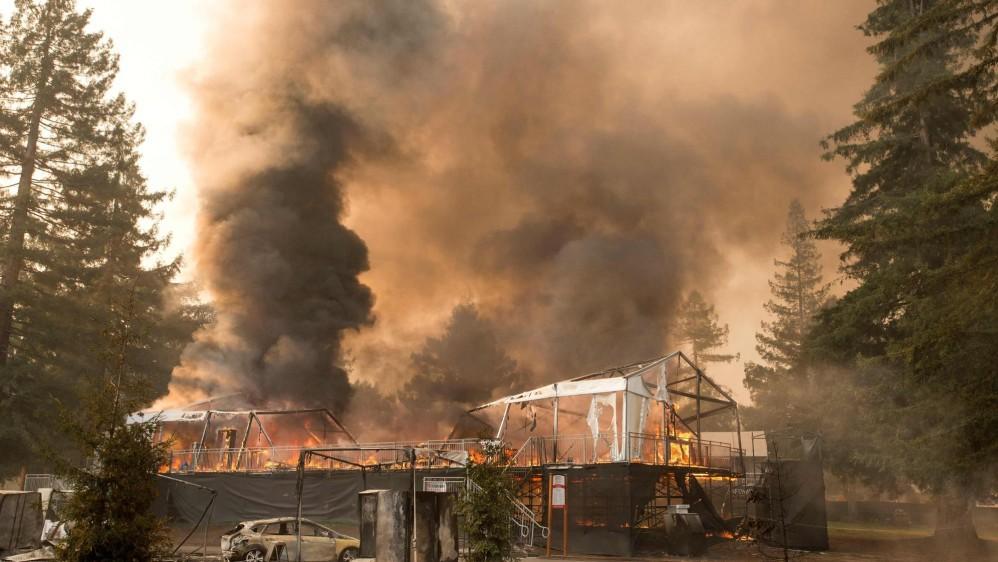 También han tenido que ser evacuados hospitales y negocios. FOTO AFP
