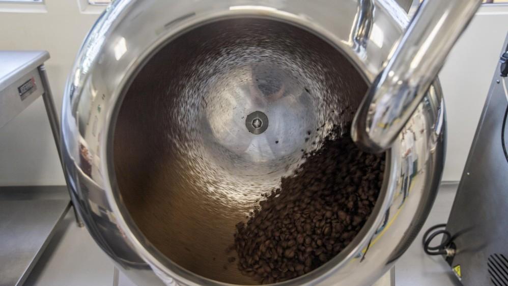 Después de estar secas, son llevadas a la industria donde pasan por varias máquinas que las trituran y les hacen un proceso que las convierte en chocolate cremoso. Foto: Santiago Mesa.