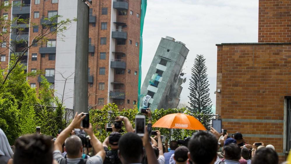 Demolición del edificio Bernavento en Loma de los Bernal, Medellín. Foto: Jaime Pérez.