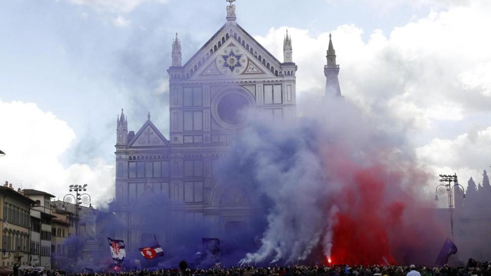 Con humo de los colores de la Fiorentina frente a la iglesia donde se realizó el funeral, acompañó el adiós al excapitán. FOTO EFE
